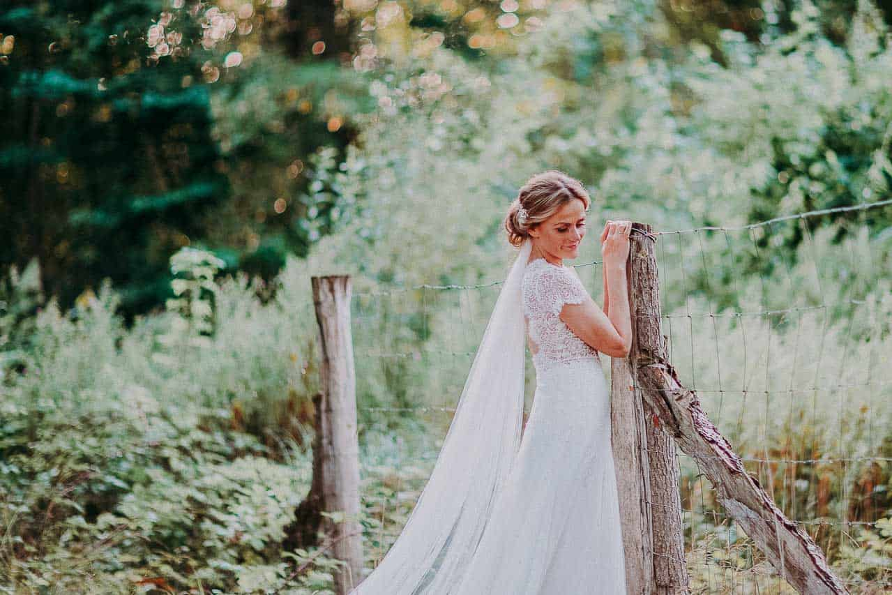 brudekjole, brudens dragt til vielse og bryllupsfest.