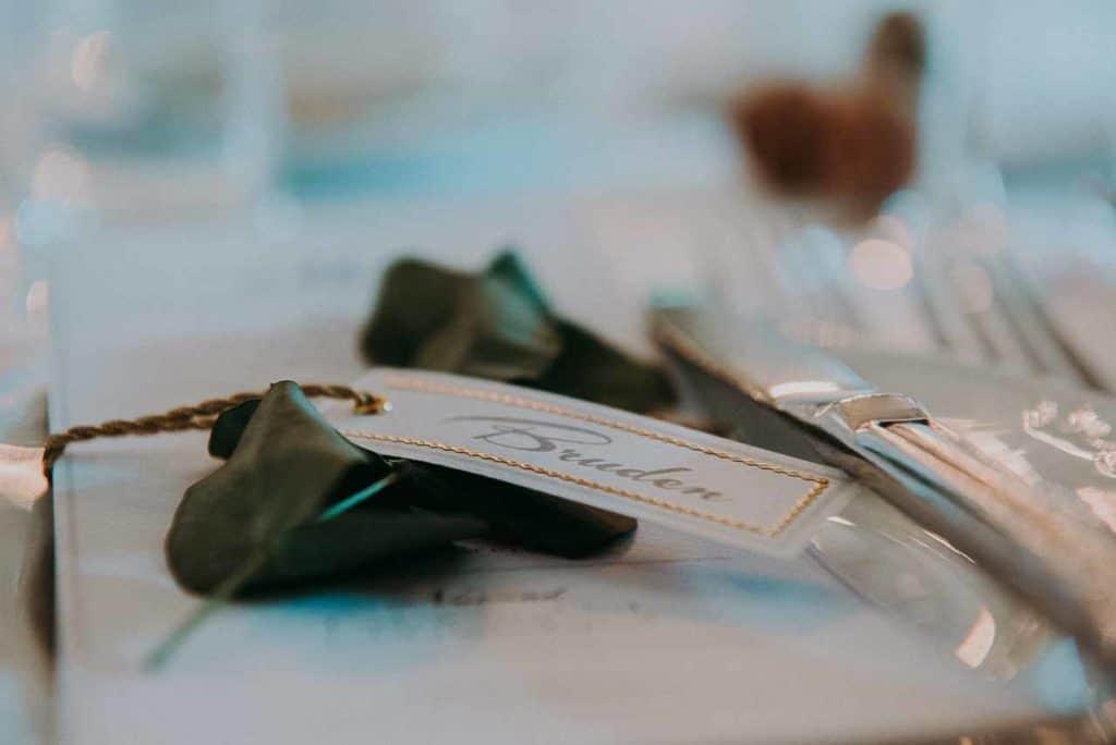 Bryllupsforberedelse. Brudepiger og brud på Dragsholm Slot